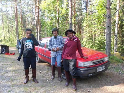 Sattuipas somasti, kun heti menomatkalla tien poskeen oli juuri pysähtynyt punainen Opel, ja kolme kaveria siinä valmistautui metsään.