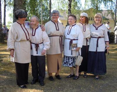 Ensin saatiin riviin Pirjo Nykänen (vas.), Pentti Pekkanen, Irma Hietamies, Raija Buuri, Leena Halme ja Kaija Lankia. Kuva: Kati Ahonen.