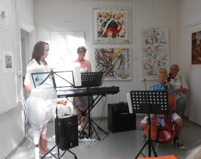 Tiina Sinkko ja Robert Valsi soittivat Kirsi Sinkon ohjauksessa mukavia kansanlauluja.
