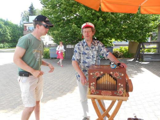 Perjantaiaamuna posetiivari väänsi soittokampeaan hyvin vähälukuiselle kuulijakunnalle.