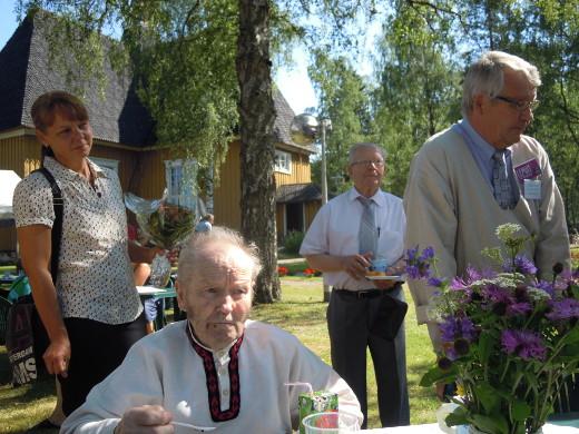Olavi Punkka (oik.) on hallitseva Esko, Pentti Pekkanen yksi varhaisimmista Eskoista. Kuvassa myös sivistyslautakunnan puheenjohtaja Tarja Kohonen ja Reino Talka.