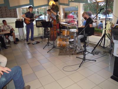 Teemu Viitikainen (vas.), Ville Herrala ja Mika Kallio soittivat jazzia Kouvon baarissa.