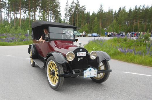 Mutta ainakin Savitaipaleelle asti ajeli komeasti melkein satavuotias Buick,
