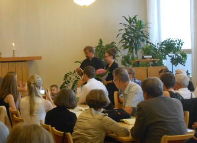 Ossi Hjerppe toivotti kanttoriperheen tervetulleeksi Savitaipaleelle.