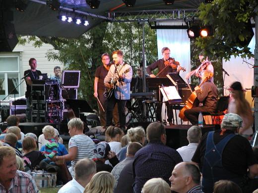 Samae Koskinen ja jousikvartetti viihdyttivät yleisöä illan hämärtyessä.