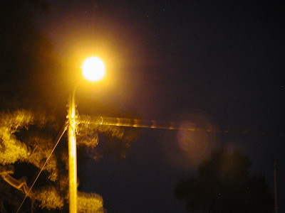 Oranssit lamput valaisevat muun muassa Iitiäntiellä.