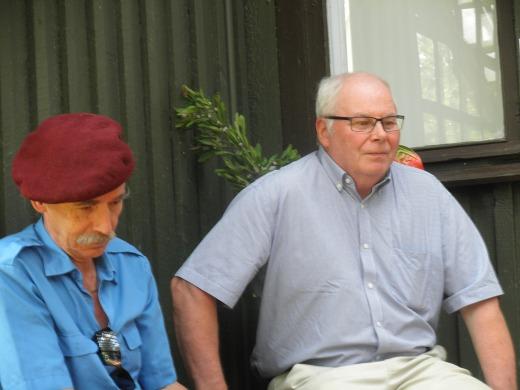 Viikkoa aikaisemmin päättyneen Kansantaiteen puheenjohtaja Veli Honkanen (vas.) ja monien matkalaisten kuljettajana toiminut Jaakko Kultanen hikoilivat verannalla.