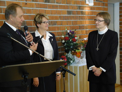 Kirkkovaltuuston puheenjohtaja Matti Huttuselta ja talouspäällikkö Elvi Sinkolta Lea Karhinen sai kirkon avaimen. Se on samalla avain lemiläisten sydämiin. Huttunen totesi.