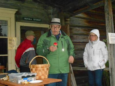 Martti Hakala jakoi tietoa sienistä.
