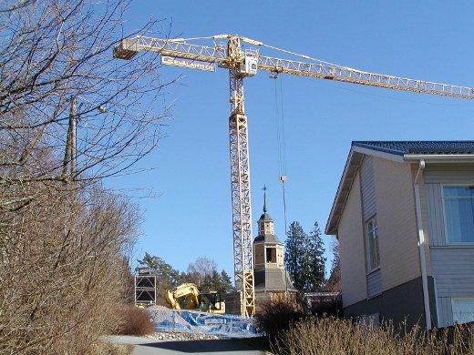 Huhtikuussa paikalle tuotiin torninosturi.