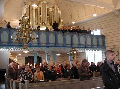 Kirkkokuoro ja soitinyhtye juhlistivat tilaisuutta.
