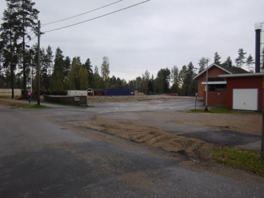 Koulun tyhjäksi purettu tontti odottaa nyt uudisrakennusta.