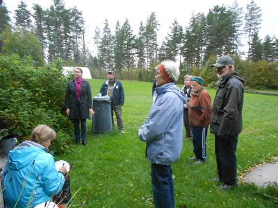 Kiinnostuneina museotuvan pihalla seisottiin, joitakin sieniä jopa maistettiin, ja ohjeita käyttöön ja säilöntäänkin saatiin