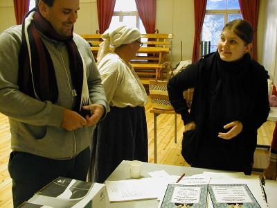 Vilma Penttilä esitteli keskiviikkona ohjaaja Sami Sivoselle tekemiään näytelmäesitteitä. Takana Liisa Haiko.