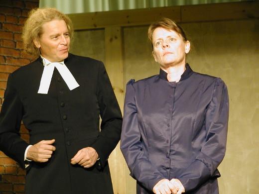 Pastori Jussilainen (Arto Heimonen) yrittää saada kuriin niin puolisonsa Eveliinan (Maija Hyväri) kuin kylälle pyrkivät uudet aatteet.