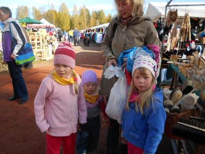 Tässä ahkerat rukkastytöt Sanni, Veera ja Ella äitinsä Saila Vanamon kanssa.
