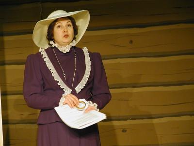 Opettajan rouvan roolissa nähdään Sari Papinniemi.