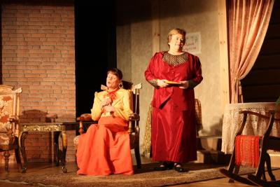 Näytelmä on myös pukudraama. Airi Peutere ompeli puvut pastorin vaimolle ja anopille ja vastaa muutenkin puvustuksesta. Lavastustyöryhmää veti Jari Kapiainen.