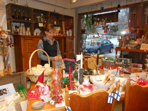 Rita Siivo järjestelemässä joulupöytää Tuliniekassa.