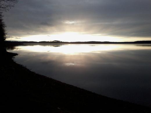 Iltapäivän aurinko valaisi Kivijärven Kuuksenenselän viime perjantaina.