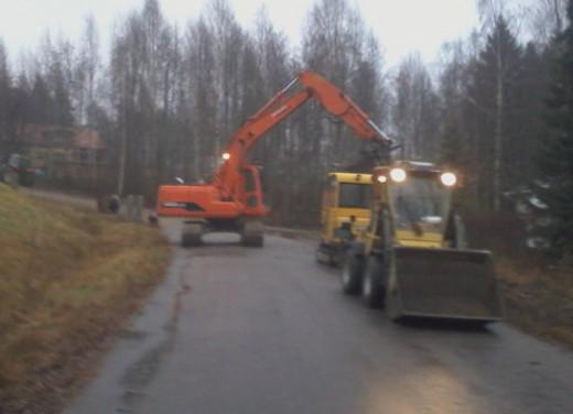 Uutta katuvalolinjaa on viime päivät kaivettu eukkomamman kotikadulle.
