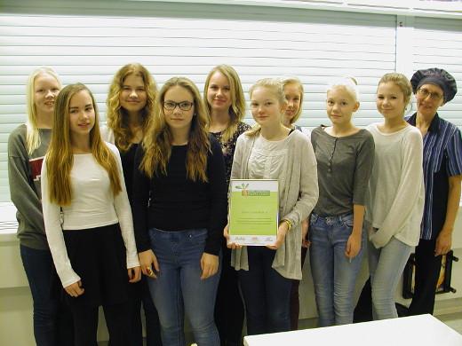 Diplomin arvoista kouluruoka on joka tapauksessa. Tyttöjen kanssa kuvassa emäntä Kirsti Laulaja.