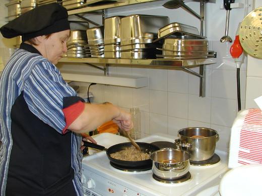 Juhlaruokana oli oppilaiden toiveen mukaisesti kebabia ja riisiä. Merja Ryhänen ruskisti aamulla lihanpaloja.
