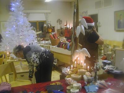 Vilskettä Lemin kirkonmäellä lisäsisivät käsityöläisten joulumyyjäiset. Sunnuntai oli myyjäisten viimeinen päivä.