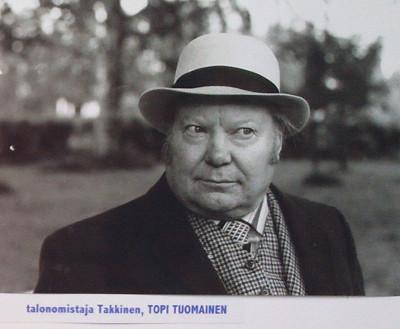 Toivo Tuomainen esittää talonomistaja Takkista.