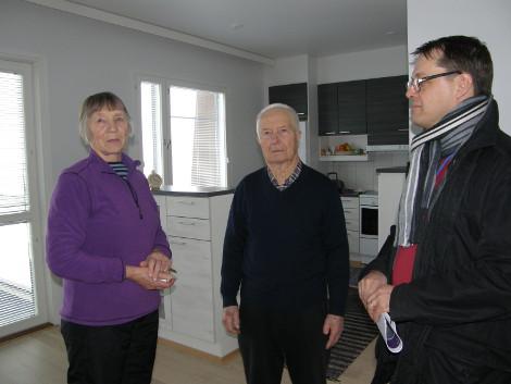 Petteri Munnukka (oik.) poikkesi Sanna ja Unto Hakulin luona kysymässä, kuinka elämä uudessa kodissa on lähtenyt käyntiin.