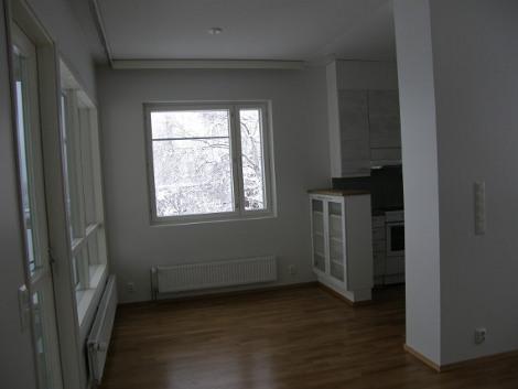 Toisen kerroksen kolmen huoneen asunto.