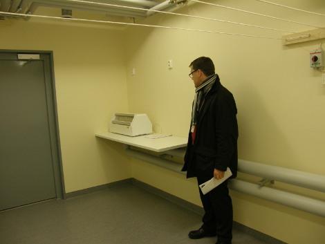 Kellarissa ovat tilat muun muassa pyykin kuivatukselle ja mankeloinnille, Petteri Munnukka esitteli.