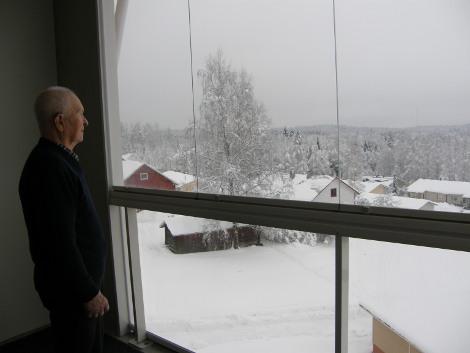 Unto Hakulin kelpaa parvekkeeltaan katsella alas rinteeseen ja Lahnajärvelle.