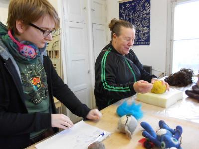 Kiesin Anna-Liisa ja tytär Elina Mekki saavat myös tarvitessaan neuvoja. Tässä valmistuvat pääsiäistipu ja kissa.