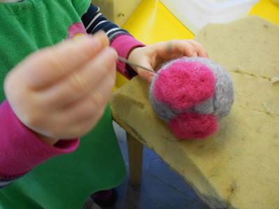 Varovaisuutta tarvittiin, kun pienin sormin piti terävällä neulalla  pistellä pöllön silmät paikoilleen, Ella tekee tässä tarkkaa työtä.
