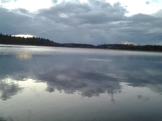 Yksinäinen neliskulmainen jäälautta maanantaina 13.4.2014 klo 20.30 Avarajoen suulla. Kuvan otti Airi Peutere.