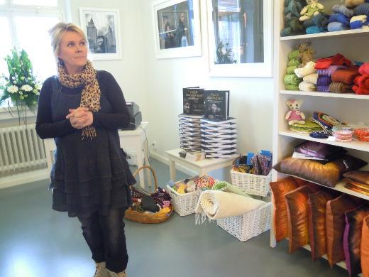 Käsityöläisten puoti siirrettiin museon nurkkakamarista pappilaan. Mirja Koivunen on yksi vastaavista puodin pitäjistä.