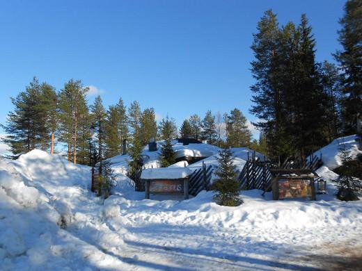 Jo Rovaniemellä, siellä joulupukin posti- ja myymäläkylässä lunta oli ikkunoita myöten.