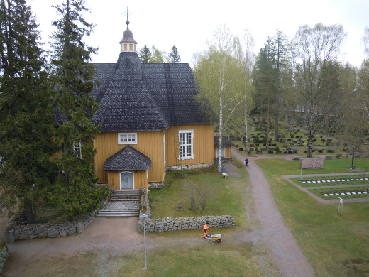 Kirkon paanukatto oli vielä aamulla sateesta kostea.