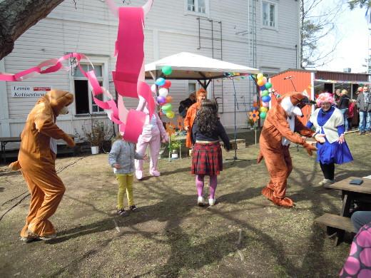 Tarja Kujanpää kitaroineen sai juhlakansan karkeloimaan.