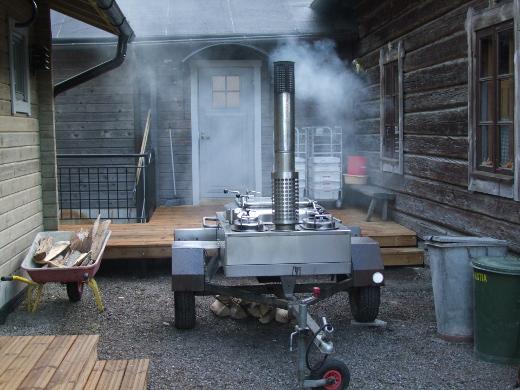 Kotiseutuyhdistyksen soppatykki on valmiina ruokkimaan talkoolaiset.