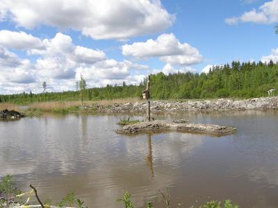 Altaan keskelle pystytetyt kaksi telkänpönttöä eivät tänä keväänä ehtineet saada asukkaita.
