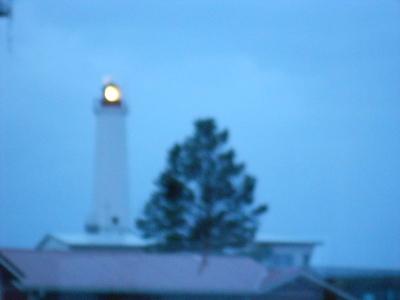 Sumuisessa säässä ikkunan takaa loisti majakan valo.