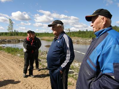 Osakaskuntien edustajat Aarno Parkkola (oik), Oiva Pesu ja Osmo Lamponen saattoivat hymyillä tyytyväisimä altaan reunalla.