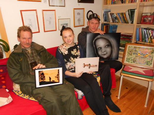Näyttely suunnittelemassa Mäntyperän tuvassa Juha Hölsä (vas.),Sonja Kantonen ja Mikko Loisa. Veressä tuolilla Graciela Arias Salazarin työ.