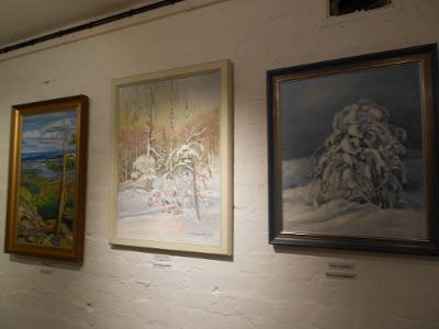 Aikoinaan suurta ihastusta posliinimaalauksillaan herättäneen Kaija Suutarin maalauksia