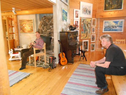 Reijo Raekallio ilahduttaa kävijöitä taiteensa ohella musiikilla. Kuulolla Seppo Järvimies.