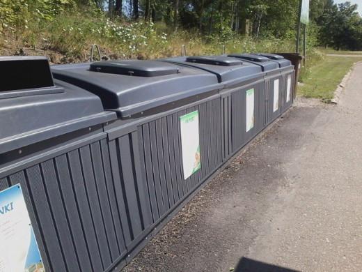 Syvälle maahan kaivautuvat Etelä-Karjalan jätehuollon ekopisteen säiliöt Lemilläkin, vaikka ne taitavat olla toisen firman tuotantoa.