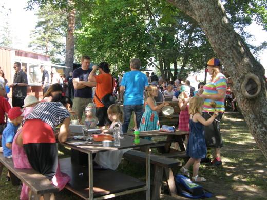 Lapsetkin viihtyivät torilla MLL:n paikallisyhdistyksen puuhapisteessä.