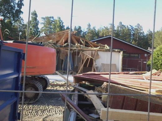 Rakennus revitään kokonaan maan tasalle ja tilalle rakennetaan kokonaan uusi.